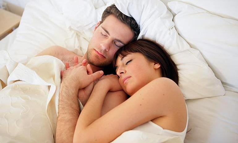 На кровати муж с женой картинки, скакать на члене